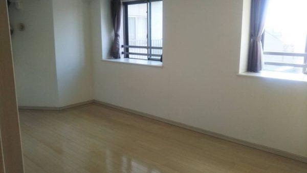 越谷のマンションで玄関収納イス・水廻りコーティング・レイフロア上貼り工事をさせていただきました。